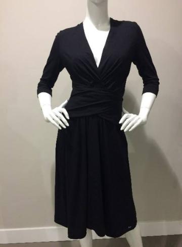 Prachtige jurk tot op de knie, V-hals met overslag naar middel, deze is variabel te dragen zodat de juiste hoogte afgestemd kan worden.