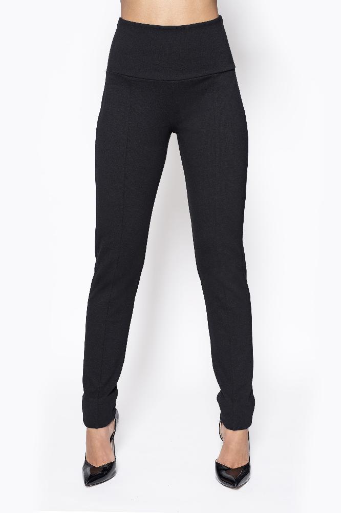 Pants punto tight is een broek met een dubbele tailleband wat corrigerend kan werken, is nauwsluitend en heeft geen sluiting.   Materiaal: 95% viscose, 5% elastaan