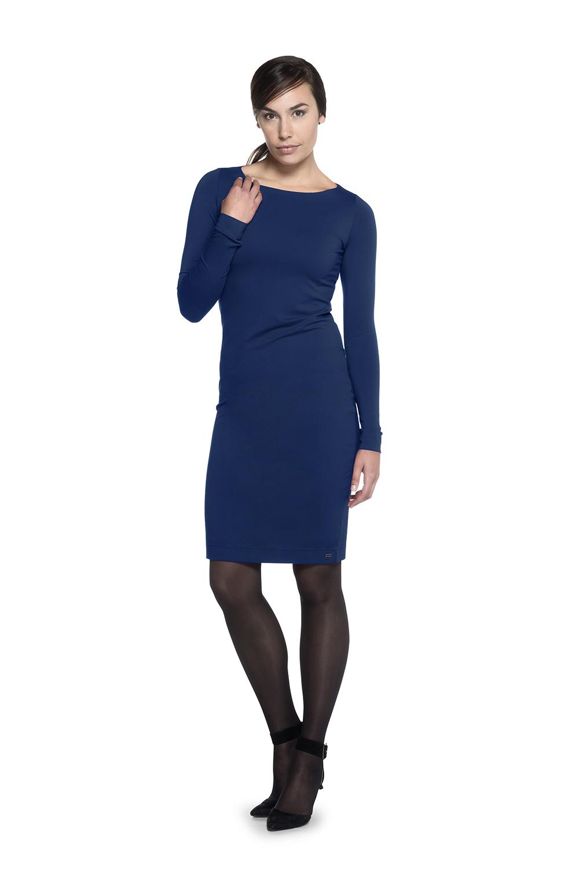 De rechte halslijn maakt deze basisjurk heel chique.   - Dress Audrey is helemaal dubbel zodat deze minder tekent en mooier aansluit.  - Met de lengte is te variëren door de jurk bij de buik op te plooien.