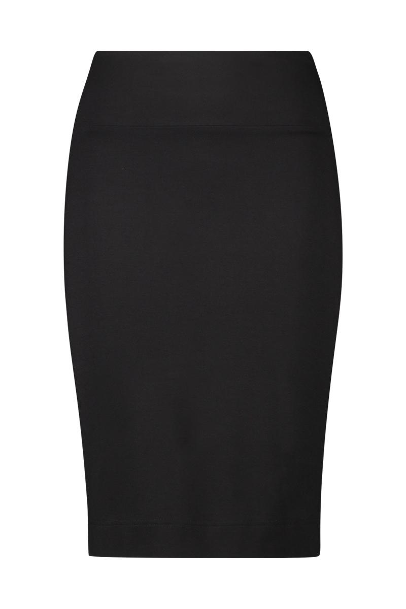 De skirt split is een mooie aansluitende basisrok met splitjes aan de zij-onderkant.   Materiaal: 95% viscose, 5% elastaan.