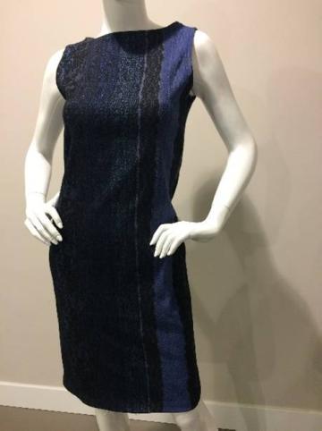 De rechte halslijn maakt deze jurk heel chique.   - Dress Audrey is helemaal dubbel zodat deze minder tekent en mooier aansluit.