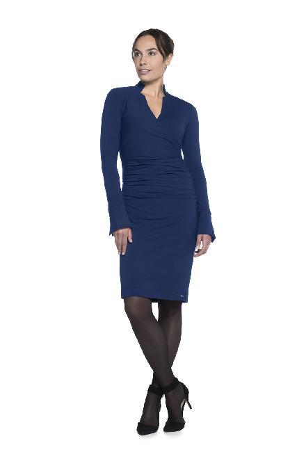 Prachtige jurk tot op de knie, verhoogt halsje aan de achterzijde, en aparte overgang naar V-hals decolleté.  Gesmokt aan de buik zodat deze gecamoufleerd word.